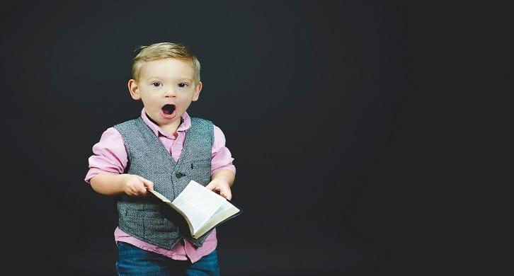Niño sorprendido con un libro que contiene del SPAM y la ilusión